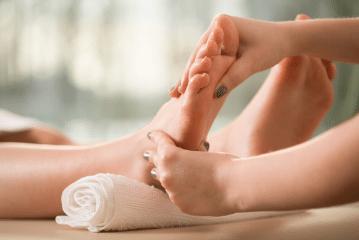 massage indien des pieds padabhyanga